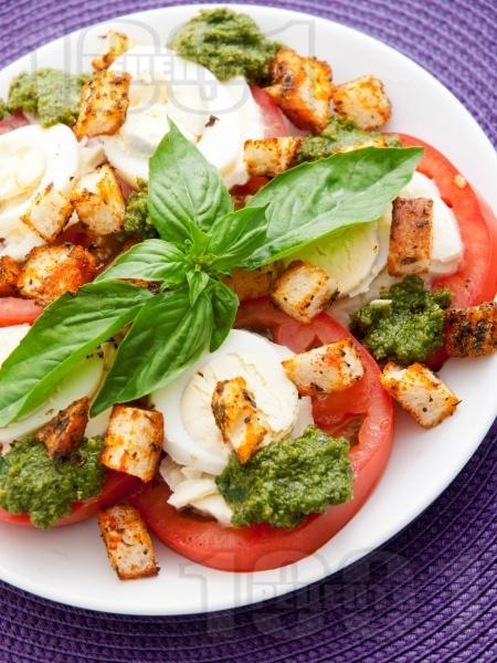 Салата Капрезе от домати, моцарела, яйце, босилеков сос песто, крутони и риган - снимка на рецептата